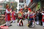 Kết thúc phần tế trong đình làng đội múa sẽ bắt đầu đi biểu diễn quanh làng.
