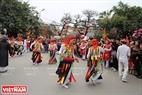 Màn múa không chỉ thu hút người dân trong làng mà còn có rất nhiều du khách đến tham gia quay phim, chụp hình.
