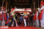 """Sau khi đã trang điểm xong, đoàn múa """"Con đĩ đánh bồng"""" sẽ bắt đầu những điệu múa trong đình làng để cùng các bô lão làm lễ tế Thành Hoàng Làng."""