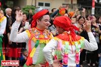 """Điệu múa """"Con đĩ đánh bồng"""" trong hội làng Triều Khúc"""