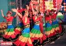 Những thiếu nữ người Hoa biểu diễn điệu múa truyền thống điệu đà và quyến rũ.