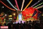 Trung tâm Văn hóa quận 5, TP. Hồ Chí Minh được trang hoàng lộng lẫy để phục vụ Tết Nguyên tiêu.