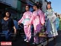 Đoàn biểu diễn cà kheo kết hợp sự hóa thân vào những nhân vật Hoa thời xưa giao lưu với du khách.