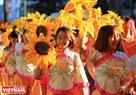Trong ngày Tết Nguyên tiêu, các thiếu nữ người Hoa xinh xắn, vui vẻ với trang phục truyền thống cùng hòa mình vào dòng người diễu hành.