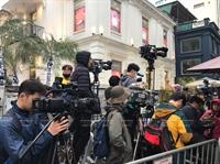 Reporteros internacionales esperan para recibir al presidente norcoreano Kim Jong - un en el área del Hotel Meliá