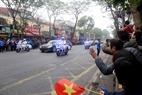 Les Hanoiens saluent de leurs mains le président Kim Jong –un. Photo:VI