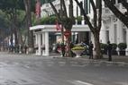 Le matin du 27 février, la sécurité aux alentours de l'hôtel Metropole est renforcée. Photo: Tât Son
