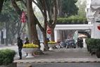 Les routes amenant à l'hôtel sont  fermées avec des barrières et les forces de sécurité et policières surveillent strictement cette zone. Photo : Trinh Bô
