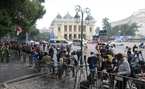Les correspondants étrangers se rassemblent au croisement entre les rues Ly Thai To et Trang Tien, attendent de nouveaux faits de l'événement. Photo : Trinh Bô