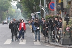De nombreux correspondants vietnamiens et étrangers attendent l'événement autours de l'hôtel Metropole.Photo : Tât  Son