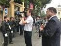 De nombreux correspondants vietnamiens et étrangers attendent couvrir l'événement autour de l'hôtel Metropole . Photo : Trinh Bô
