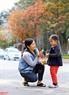 Người dân Hà Nội thích thú với khoảnh khắc Hà Nội mùa thay lá. Ảnh: Công Đạt