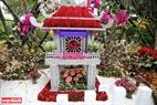 Khuê Văn Các là một trong nhiều di sản văn hóa được kết dính từ hàng trăm cành anh đào và các loài hoa của Việt Nam.