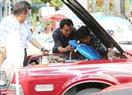 Giới chơi xe thích thú khám phá động cơ của những chiếc xe cổ.