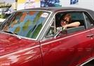 Nhiều du khách không quên ghi lại hình ảnh bên những chiếc xe cổ.