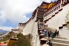 Mỗi năm, Lhasa thu hút hàng triệu du khách đến tham quan và khám phá.