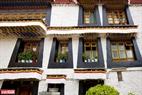 Những ngôi nhà ở Lhasa có nét kiến trúc đẹp mang phong cách văn hóa của Tây Tạng.