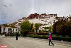 Lhasa nổi tiếng với những cung điện cổ kính và không khí trong lành.