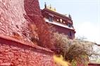 Cung điện Đỏ Potrang Marpo được xây dựng bằng gỗ chẻ nhỏ có niên đại hàng trăm năm.
