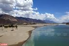 Những dòng sông ở thành phố Lhasa đều trong xanh.