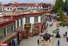 Người Tạng nối bước nhau đi nhiễu nhiều vòng theo chiều kim đồng hồ xung quanh đền linh thiêng Đại Chiêu Tự (Jokhang).