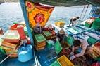 Sau khi đánh bắt, tôm hùm được bảo quản riêng cùng đá lạnh trên thuyền có thể để tươi vài ngày.