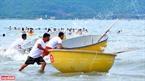 A basket boat race on Pham Van Dong beach. Photo: Thanh Hoa