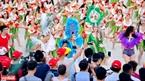 The bikini flashmob performance lures numerous visitors. Photo: Thanh Hoa.