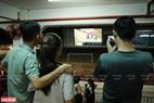 Những chiếc màn hình được đặt ở nhiều nơi trong trường đua chó để dụ khách tiện theo dõi những thước phim đã được quay lại. Ảnh: Thông Hải