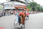 Đoàn xe xích lô chở các nghệ sĩ trong tà áo dài truyền thống tái hiện lại phần nào nét đẹp văn hóa giao thông của Hà Nội.