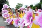 Các thiếu nữ uyển chuyển trong điệu múa cùng hoa.