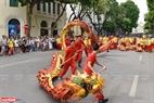 Điệu múa rồng được biểu diễn trong lễ hội đường phố thể hiện cho sự thịnh vượng, phát đạt, hạnh phúc và hành thông.