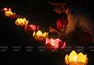 Phật tử chùa Kim Sơn Lạc Hồng chuẩn bị cho nghi lễ thả đèn hoa đăng.
