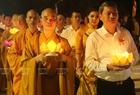 Nghi lễ thả đèn hoa đăng cầu cho Quốc thái, dân an, mọi nhà đều an lành, hạnh phúc.