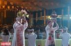 Các phật tử chùa Kim Sơn Lạc Hồng  thực hiện nghi lễ dâng hoa lên đức Phật trong Đại lễ Vu lan báo hiếu.