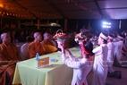 Các phật tử chùa Kim Sơn Lạc Hồng  dâng hoa lên các tăng ni Trung ương Giáo hội Việt Nam tỉnh Hòa Bình.
