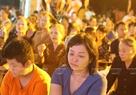 Những cảm niệm về cha mẹ và hình ảnh cài hoa hồng đã làm nhiều Phật tử xúc động khi nghĩ về những đấng sinh thành.