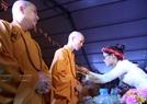 Các phật tử chùa Kim Sơn Lạc Hồng  thực hiện nghi lễ Bông hồng cài áo cho các chư tăng tham dự buổi lễ.