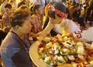 Các phật tử chùa Kim Sơn Lạc Hồng  thực hiện nghi lễ Bông hồng cài áo cho các phật tử.