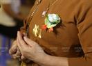 Theo giáo lý nhà Phật, những ai còn cha, còn mẹ sẽ cài lên ngực áo một đóa hoa hồng đỏ. Những ai đã mất bố hoặc mẹ sẽ cài lên ngực bông hồng màu hồng. Còn đóa hồng màu trắng như một nỗi bất hạnh, sự thiếu vắng tình thương và niềm nhớ nhung da diết khi đã mất cả cha mẹ.