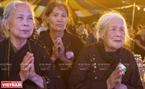 Các phật tử cầu nguyện và tưởng nhớ đến đấng sinh thành trong Đại lễ Vu lan báo hiếu ở chùa Kim Sơn Lạc Hồng.