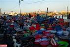 Ngay khi trời lờ mờ sáng, cảng cá Thọ Quang đã tấp nập người thu mua hải sản.
