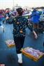 Nhiều cửa hàng hải sản nhỏ lẻ quanh Đà Nẵng cũng đến đây từ sớm để chọn những mẻ tôm cá tươi mang về bán lẻ.