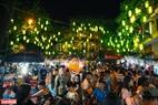 Những chiếc đèn lồng được trang trí kì công trên tuyến phố Hàng Mã.