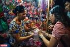 Nhiều bạn trẻ lựa chọn cho mình những món đồ chơi Trung thu truyền thống để gợi nhớ về tuổi thơ.