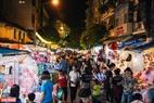 Tuyến phố Hàng Mã về tối được thắp sáng bởi hàng vạn chiếc đèn lồng, đèn trang trí đủ màu sắc.