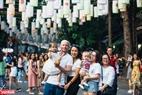 Nhiều du khách nước ngoài đang sinh sống và làm việc tại Việt Nam cũng đi đón không khí Trung thu tại phố bích họa Phùng Hưng.