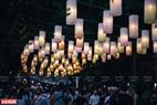 Hàng trăm chiếc đèn lồng đều thắp sáng làm cho tuyến phố bích họa Phùng Hưng trở nên lung linh.