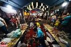 Nhiều hoạt động dạy cách làm đồ chơi truyền thống cho các em nhỏ được tổ chức trên các phố đi bộ thuộc khu phố cổ Hà Nội.