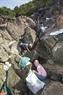 ダーデンストーンビーチ地域は危険な地形なので、グループのメンバーたちのゴミ集め作業は大変である。